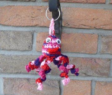 gehäkelter Taschenanhänger - Krake - rosa-pink-lila-rot - Handarbeit kaufen