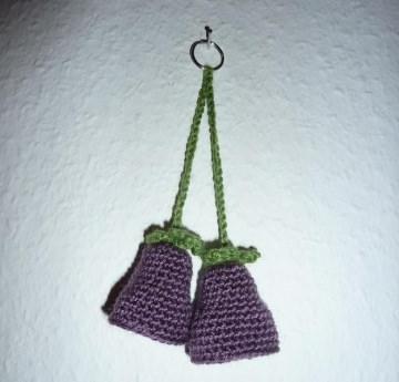 gehäkelter Taschenanhänger - Glockenblume - lila