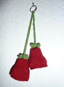 gehäkelter Taschenanhänger - Glockenblume - rot