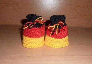 zwei gehäkelte Eierwärmer - schwarz-rot-gelb - Baumwolle - Handarbeit kaufen