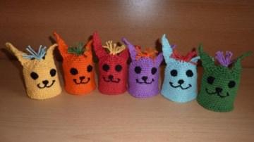 sechs gehäkelte Eierwärmer - Kunterbunte Hasenparade in Regenbogenfarben - Handarbeit kaufen