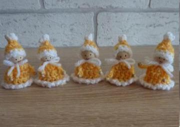 fünf kleine gehäkelte Wichtel - gelb-weiß