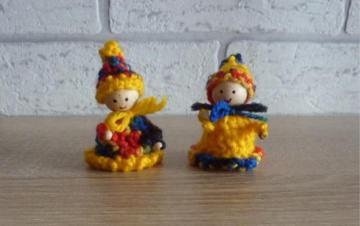 zwei kleine gehäkelte Wichtel - gelb-bunt