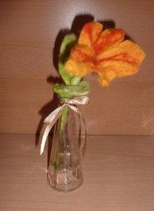 handgefilzte Blume in Blumenvase (aus Glas) - orange-grün - Handarbeit kaufen