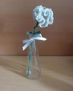 gehäkelte Blume in Blumenvase (aus Glas) - hellgrau-grün - Handarbeit kaufen