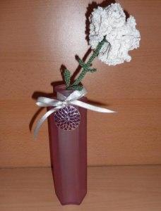 gehäkelte Blume in Blumenvase (aus Glas) mit Metallanhänger - weiß-grün - Handarbeit kaufen