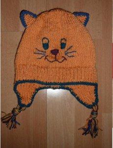 gestrickte Mütze mit Katzengesicht