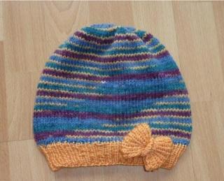 gehäkelte Mütze - mehrfarbig - mit Schleife - Handarbeit kaufen
