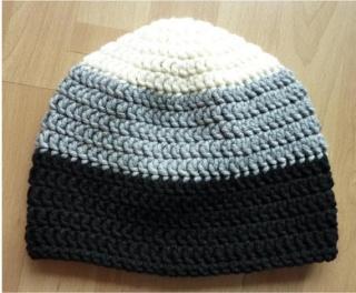 gehäkelte Mütze - gestreift - wollweiß-grau-schwarz - Handarbeit kaufen