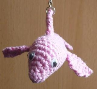 gehäkelter Taschenanhänger - Delphin - rosa
