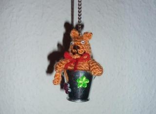 gehäkelter Taschenanhänger - Katze im Eimer