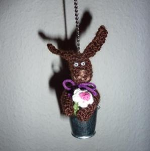 gehäkelter Taschenanhänger - Hase im Eimer - Handarbeit kaufen