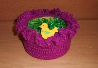 umhäkeltes Osterkörbchen mit Holzvogel - pink