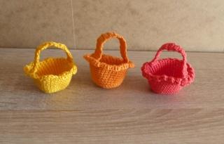 drei kleine gehäkelte Osterkörbchen für den kleinen Ostergruß - gelb-orange-rot