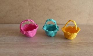 drei kleine gehäkelte Osterkörbchen für den kleinen Ostergruß - pink-türkis-gelb
