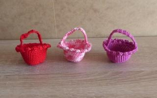 drei kleine gehäkelte Osterkörbchen für den kleinen Ostergruß - rot-rosa-lila - Handarbeit kaufen