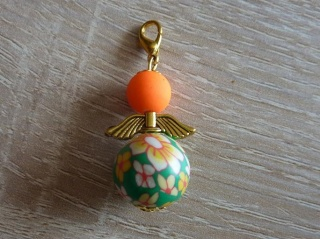 Handgefertigter Anhänger mit Metallflügeln - Engel  - orange-grün