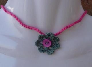 gehäkelte Kette  mit Häkelblume - grau-pink - Handarbeit kaufen