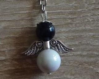 Handgefertigter Schlüsselanhänger mit Metallflügeln - schwarz-weiß - Handarbeit kaufen