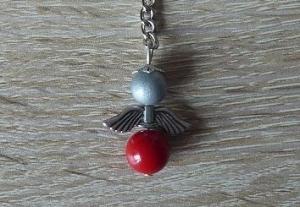 Handgefertigter Schlüsselanhänger mit Metallflügeln - grau-rot - Handarbeit kaufen