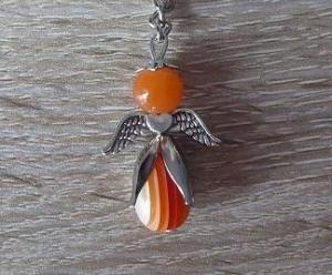 Handgefertigter Schlüsselanhänger mit Metallflügeln - orange - Handarbeit kaufen