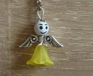Handgefertigter Schlüsselanhänger mit Metallflügeln - weiß-gelb
