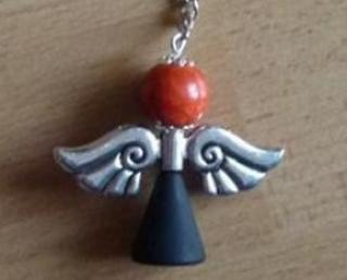 Handgefertigter Schlüsselanhänger mit Metallflügeln - schwarz-orange - Handarbeit kaufen