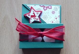 Teelichtgeschenkset mit zwei Teelichtern - grün-rot mit Stern