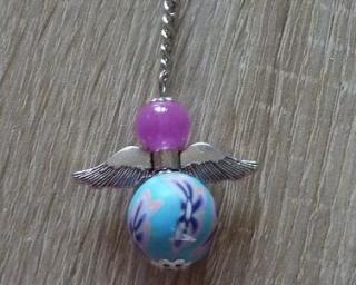 Handgefertigter Schlüsselanhänger mit Metallflügeln - lila-blau