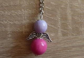 Handgefertigter Schlüsselanhänger mit Metallflügeln - lila-pink - Handarbeit kaufen