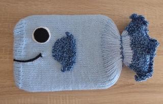 Gestrickter Wärmflaschenbezug - Fisch - blau