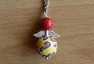 Handgefertigter Schlüsselanhänger mit Metallflügeln - rot-gelb
