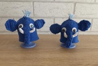 2 gehäkelte Eierwärmer - Elefanten mit Eierbecher - blau-weiß
