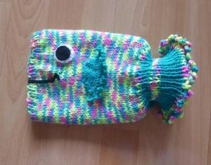 Gestrickter Wärmflaschenbezug - Fisch - bunt, inkl. Wärmflasche (klein)