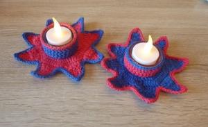 Zwei umhäkelte Teelichthalter mit LED-Teelicht - Stern - rot-blau