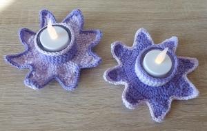 Zwei umhäkelte Teelichthalter mit LED-Teelicht - Stern - lila