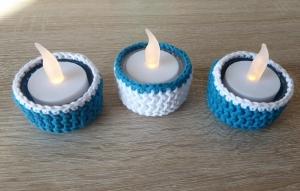 Drei umhäkelte Teelichthalter mit LED-Teelicht - türkis-weiß