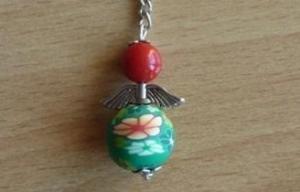 Handgefertigter Schlüsselanhänger mit Metallflügeln - rot-grün