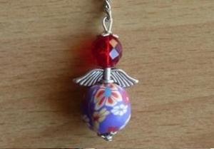 Handgefertigter Schlüsselanhänger mit Metallflügeln - rot-lila