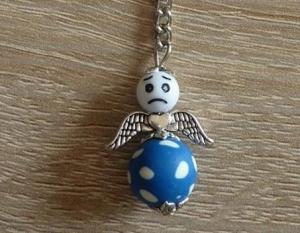Handgefertigter Schlüsselanhänger mit Metallflügeln - Engel  - blau-weiß