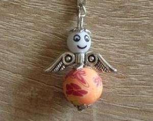 Handgefertigter Schlüsselanhänger mit Metallflügeln - Engel  - weiß-orange