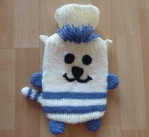 Gestrickter Wärmflaschenbezug - Katze - wollweiß-blau, inkl. Wärmflasche (klein) - Handarbeit kaufen