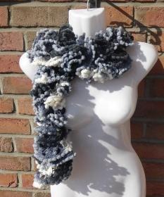 gestrickter Schal aus Netzgarn mit Pompon-Borte - schwarz-weiß-grau - Handarbeit kaufen
