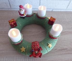 Adventskranz - gestrickt/gehäkelt - mit LED-Kerzen und Porzellanfigur - Nikolaus - grün-rot-gold-weiß