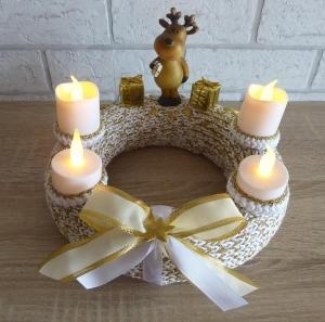 Adventskranz - gestrickt/gehäkelt - mit LED-Kerzen und Rentierfigur - gold-weiß