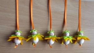 Fünf niedliche Blumenanhänger aus Holz und Filz hellgelb/dunkelgelb - hellgrün
