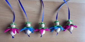 Fünf niedliche Blumenanhänger aus Holz und Filz pink/blau - dunkelgrün