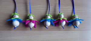 Fünf niedliche Blumenanhänger aus Holz und Filz pink/blau - hellgrün