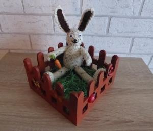 bemaltes Holz-Osterkörbchen (Garten) mit gehäkeltem Osterhasen (mit Kulleraugen)