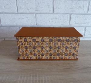 Handgefertigte Geschenkverpackung aus Pappe, Papier und Buchleinen - grafisches Design - beige-braun-schwarz
